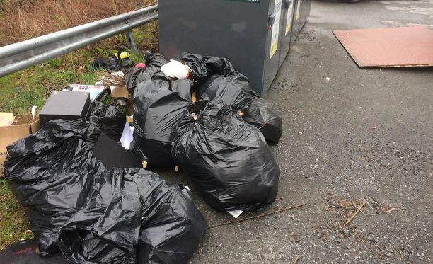 Kierrätyspisteen liepeille jätettyjen säkkien sisältö paljasti mahdollisen roskaajan.