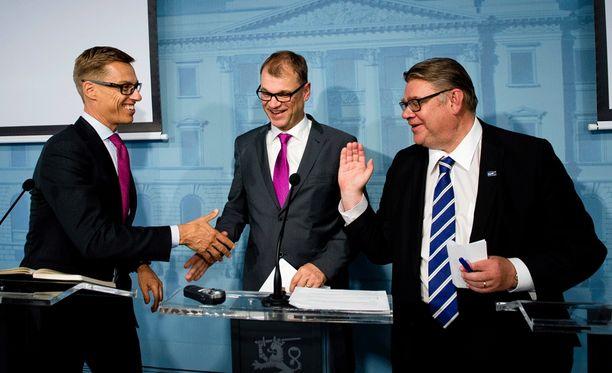 Pääministeri Juha Sipilä (kesk) ja valtiovarainministeri Alexander Stubb (kok) kannattavat Finanssialan Keskusliiton voimallisesti ajamaa hallintarekisteriä. Ulkoministeri Timo Soini (ps) vastustaa sitä, mutta on puun (Sipilä) ja kuoren (Stubb) välissä.