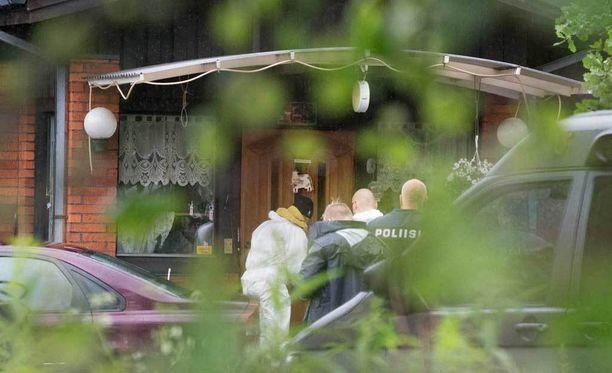 Poliisi joutui tulituksen vuoksi vetäytymään tilanteesta eikä kukaan päässyt pihalle auttamaan vakavasti loukkaantunutta työtoveria.