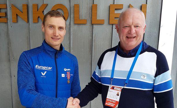 Hannu Manninen sai palkinnon Skiforeningenin apulaispääsihteeriltä Steinar Eidakerilta.