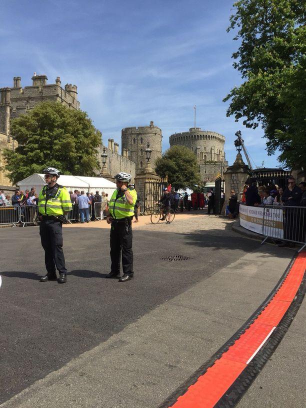 Poliiseja parveilee Windsorin linnan ympäristössä.