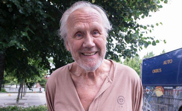 Heikki Nousiainen kuvasi perjantaina kohtausta, jossa roolihahmo pakenee sairaalasta. Saattokeikka-elokuvassa Nousiainen pääsee työskentelemään yhdessä Mikko-poikansa kanssa.