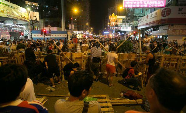 Poliisit alkoivat yöllä purkaa mielenosoittajien barrikadeja.