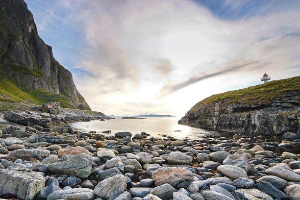Vesterålenin kivistä rantaa.