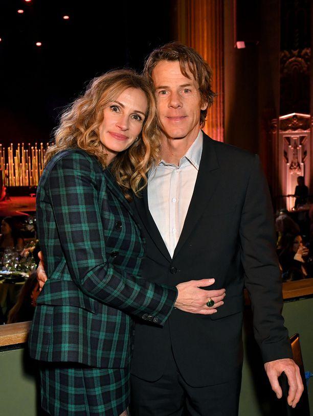 Julia Roberts ja Danny Moder halailivat toisiaan Sean Pennin juhlissa.