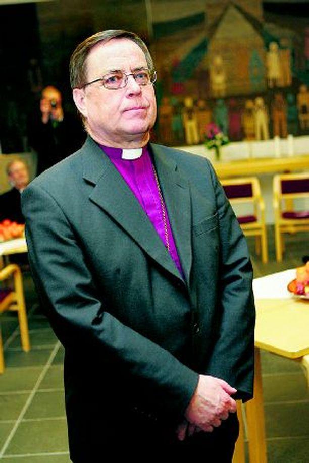 Arkkipiispa Jukka Paarma sovittelee kiistoja, joita on syntynyt naispappien työvuoroista.