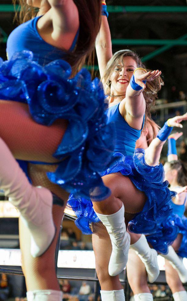 Dance Team vauhdissa.