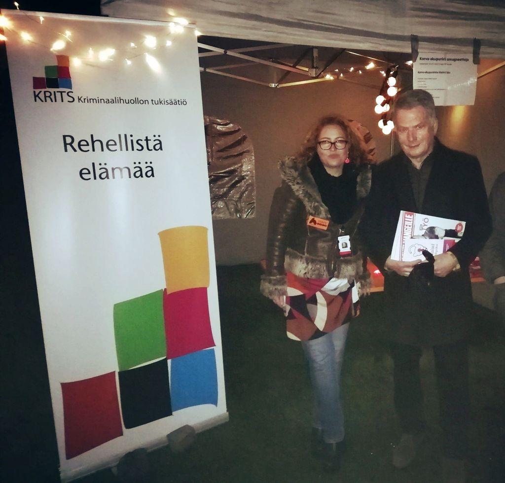 """Kuva: Sauli Niinistö vieraili Asunnottomien yössä – Halusi vankien lehden, muttei korva-akupunktiomagneetteja: """"Kieltäytyi kohteliaasti"""""""