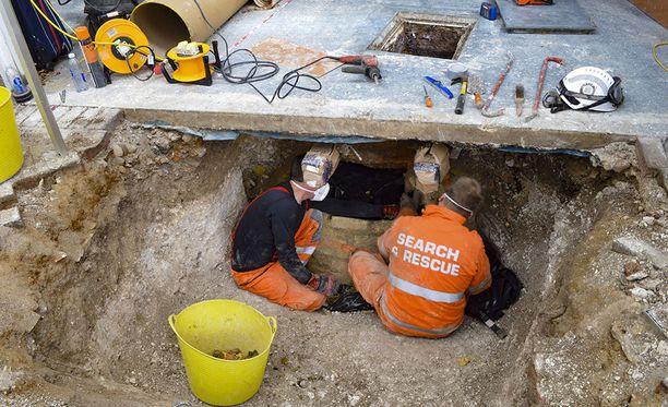 Ruumis löytyi pariskunnan talon autotallin likakaivosta. Myös Baileyn mäyräkoira oli kaivossa kuolleena.