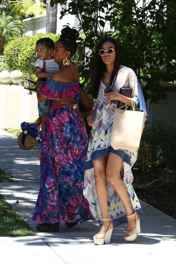 Kelly Rowland ja Michelle Williams, Beyoncen Destiny's Child-yhtyeestä tutut ystävät, saapuivat juhliin yhdessä.