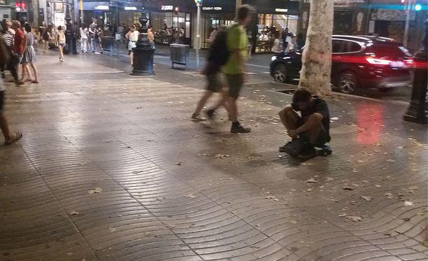 La Ramblan pohjoispäässä mies oli luhistunut istumaan rullalautansa päälle kadun pintaan.