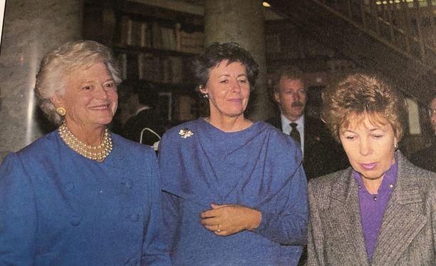 Barbara Bush, Tellervo Koivisto ja Raisa Gorbatshova kuvattuna yliopiston kirjastossa. Lehdistö raportoi tarkasti vaimojen asuvalinnoista. Näin tulee todennäköisesti olemaan myös Melania Trumpin kohdalla, sillä hän on tunnettu huippukalliista maustaan.