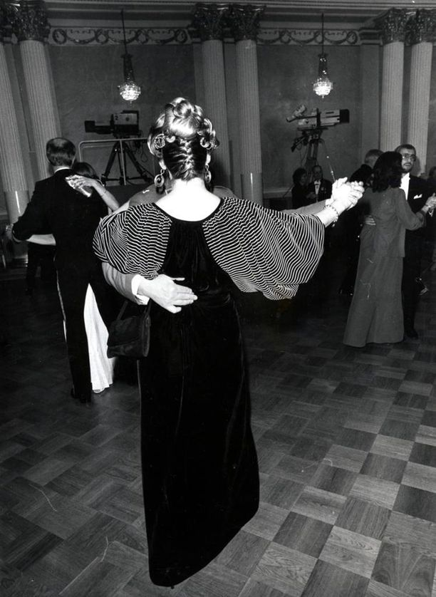 Tämä Vuokko Nurmesniemen puku osoittautui liiankin suosituksi vuonna 1983, sillä se nähtiin peräti 11 vieraan yllä. Kuva Keijo Kokko/ IL arkisto