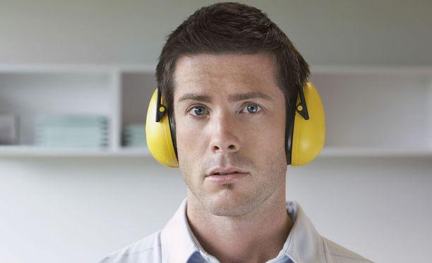 Korvatulpat tai kuulokkeet antavat avokonttorissa työskentelevälle keskittymisapua.