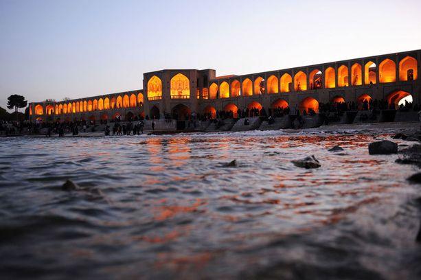 Zayandeh-joen ylittävä Khaju-silta sijaitsee Isfahanissa, Iranissa.