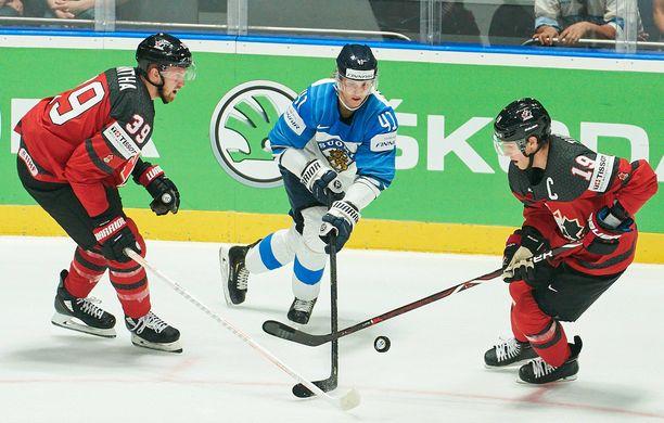 Joel Kiviranta kamppailee MM-finaalissa Kanadan Anthony Manthan (vas.) ja Kyle Turrisin kanssa.