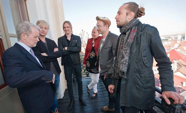 Sunrice Avenuen ja Von Hertzen Brothersin pojat Suomen Viron suurlähettiläs Aleksi Härkösen ja lehdistöneuvos Marjo Näkin kanssa.