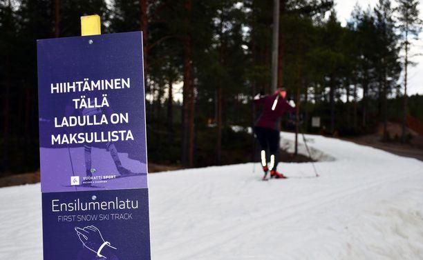 Aikuisten päivälippu Vuokatin tykkilumiladulle maksaa 24 euroa. Hinta sisältää pääsyn hiihtoputkeen. Levillä ja Rukalla ladulle pääsee ilmaiseksi.