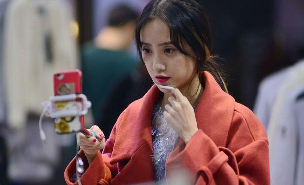 Kiinalaisetkin ovat yhä tiiviimmin älylaitekansaa ja muotistriimaus vaatekaupoissa on suosittua.