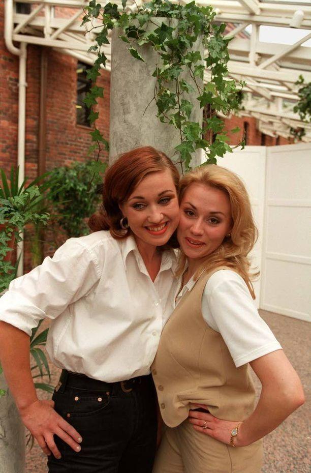 Ahkerasti keikkalavoja kiertänyt Anna Eriksson poseerasi yhdessä Saija Varjuksen kanssa vuonna 1997.