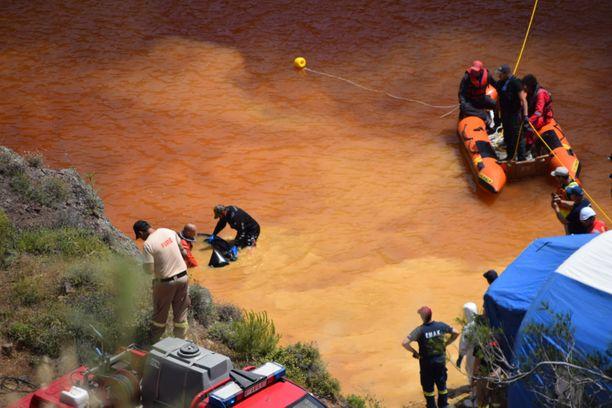 Poliisit ja pelastusjoukot etsivät Kyproksella huhtikuussa matkalaukkua, jonka poliisi uskoo sisältävän sarjamurhaajan uhrin jäänteet.