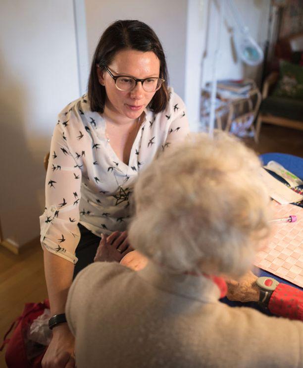 Merica Kulikoffilla ja Stellan muilla kotihoidon ammattilaisilla on aina aikaa myös jutella asiakkaan kanssa.