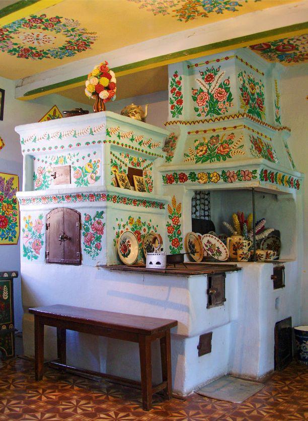 Kukkamaalauksia löytyy myös sisätiloista, kuten leivinuunien kupeista.