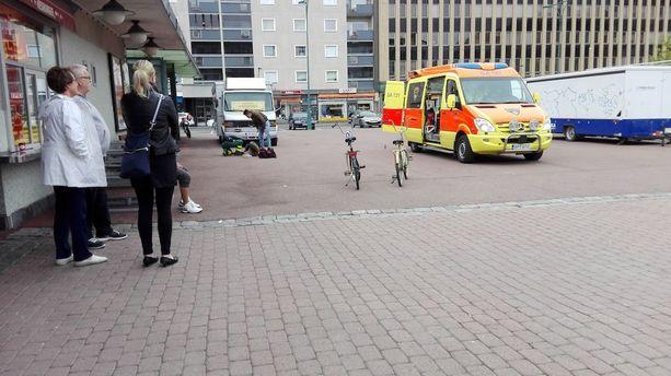 Nuori mies vietiin hoidettavaksi ambulanssilla. Poliisi tutkii tapausta epäiltynä pahoinpitelynä.