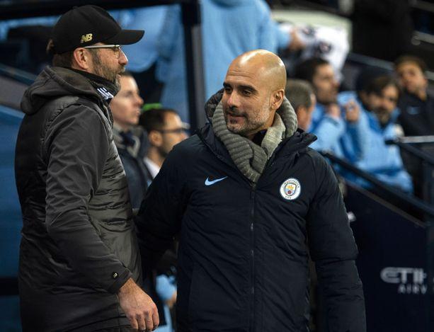 Liverpoolin Jürgen Klopp (vas.) ja Manchester Cityn Pep Guardiola kirittivät toisensa uskomattomaan pistesaldoon.