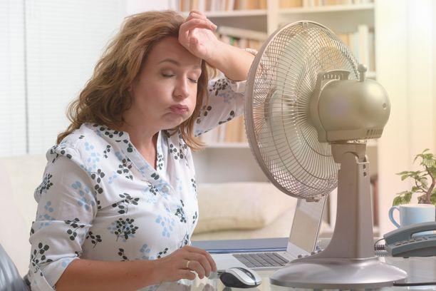 Vaihdevuosioireisiin liittyy yleensä kuumia aaltoja.