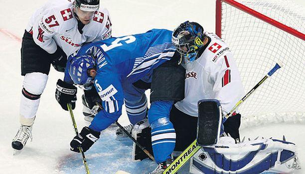 RUUHKAA. Sveitsin Goran Bezina ja Jonas Hiller eivät jättäneet Lasse Kukkoselle vapaata kaistaa.