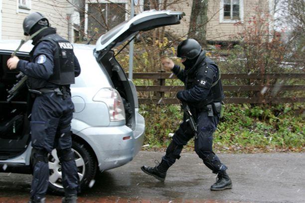 Poliisin Karhu-ryhmä tunkeutui kouluun.