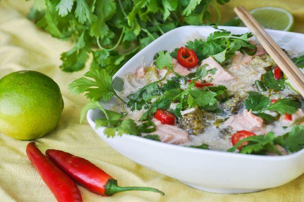 Aasialainen kalakeitto sisältää riisininuudeleita ja kasviksia.