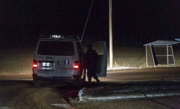 Poliisi piirittää asuinaluetta Pyhtäällä Kymenlaaksossa. Paikalla on useita poliisin partioita.