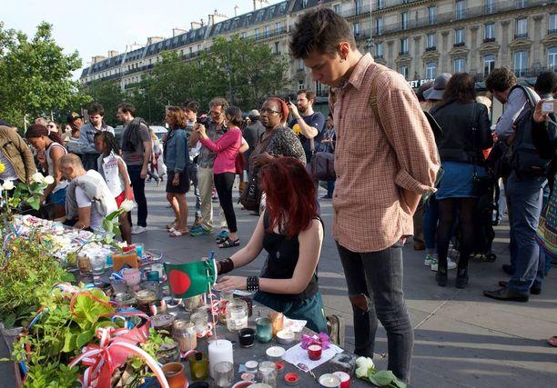 Ihmiset ovat muistaneet Nizzan joukkosurman kuolonuhreja ympäri maailmaa. Kuva Pariisista.