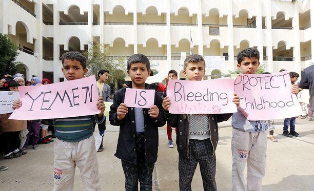 Lapset ottavat Jemenissä osaa mielenosoitukseen Saudi-Arabian johtaman koalition tekemiä ilmaiskuja vastaan. Elokuun alussa koulubussiin tehdyssä iskussa kuoli 40 lasta.