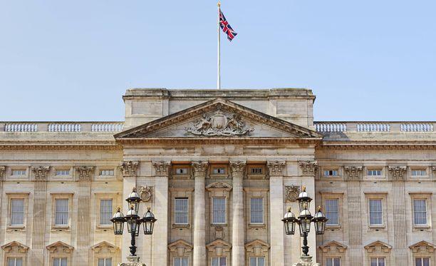 Buckimghamin palatsiin hätyytettiin hätäkokoukseen hovin henkilökuntaa ympäri maan.