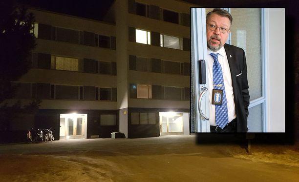 Epäilty murha tapahtui yhdessä Takahuhdin harvoista kerrostaloista. Tutkinnanjohtaja Jari Kinnunen (oik.) kertoo, että pari oli yhdessä juridisesta avioerosta huolimatta.