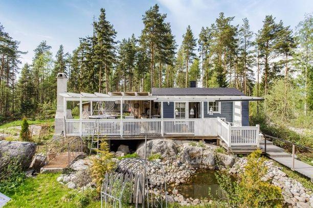 Jyväskylässä sijaitsevan omakotitalon pihamaalta löytyy kesäparatiisi: palju, sauna ja kesäkeittiö!