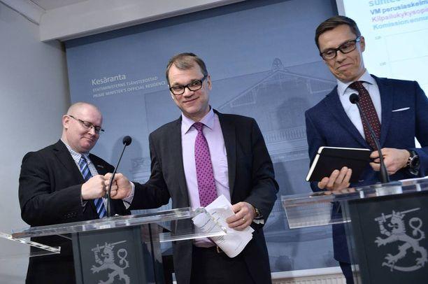 Työministeri Jari Lindström (ps), pääministeri Juha Sipilä (kesk) ja valtiovarainministeri Alexander Stubb pitivät eilen tiedotustilaisuuden yhteiskuntasopimuksesta.