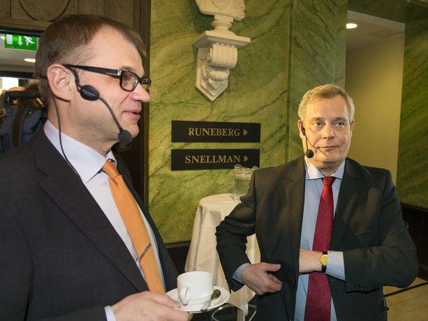 Keskustan Juha Sipilä ja SDP:n Antti Rinne vaalipaneelissa Helsingissä keväällä 2015. Pari vuotta myöhemmin Sipilä houkutteli Rinnettä yöllisessä salatapaamisessa hallitukseen.