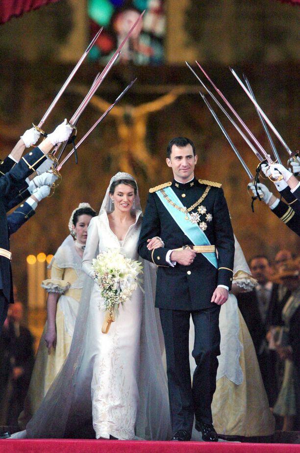 Espanjan kruununprinssi Felipe vihittiin toimittajataustaisen Letizian kanssa toukokuussa 2004 Madridissa. Unelmien satuhäihin saapui kuninkaallisia ja seurapiirihenkilöitä aina Japanista ja Abu Dhabista saakka.