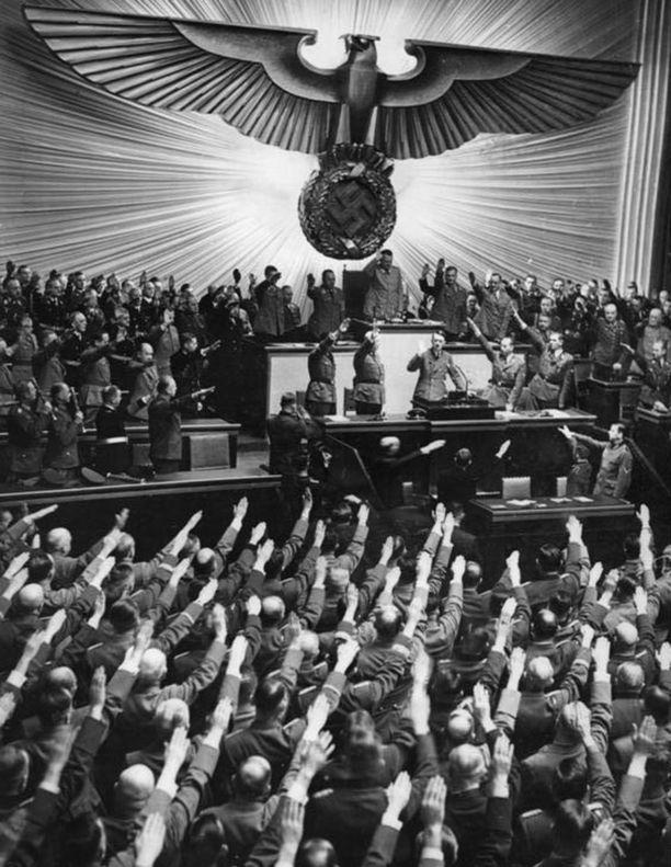 Oikean käden nostaminen noin 45 asteen kulmaan oli Saksan kansallissosialistien käyttämä tervehdys. Kuvassa Saksan valtiopäiväedustajien natsitervehdys valtakunnankansleri Adolf Hitlerille 6. lokakuuta 1939.
