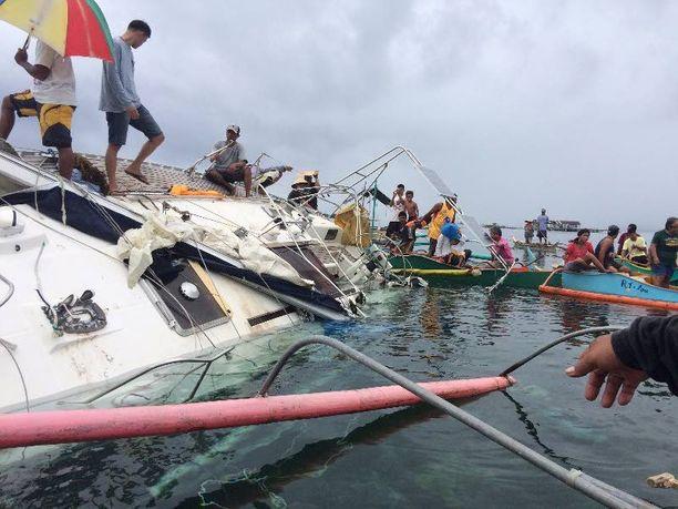Filippiiniläiset kalastajat pelastivat ajelehtivaa jahtia Barobon kaupungin edustalla.