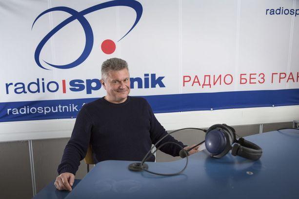 Radio Sputnik on ilmoituksensa mukaan tavoittanut noin 40 000 suomalaista kuuntelijaa viikossa Uudenmaan alueella, mutta nyt sekä se että Spirit FM-kanava ovat vaienneet. Kuvassa kanavia pyörittävän Radio Satellite Finlandin hallituksen jäsen Sergei Arhipov. Kuva on vuodelta 2014.