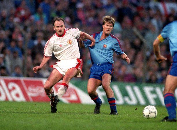 Mike Phelan (vas.) vartioi Barcelonan tanskalaistähti Michael Laudrupia vuoden 1991 Cupvoittajien cupin finaalissa.
