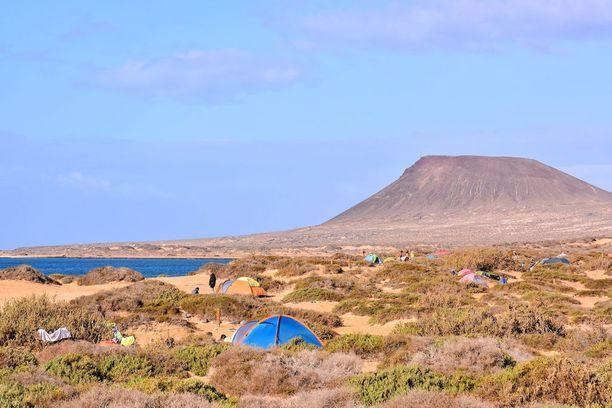 Saarella voi telttailla.