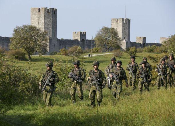 Ruotsalaissotilaat partioimassa Visbyssä syyskuussa. EU-johtajien puolustuskeskusteluita vauhdittavat terrorismin uhka, Venäjän arvaamattomuus ja Donald Trumpin Nato-lausunnot.