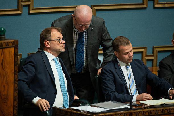 Keskustelu hallituksen tiedonannosta kävi vilkkaana eduskunnassa tiistaina. Ryhmäpuheenvuorojen ja debatin aikana minisiteriaitiossa riitti ministereitä, mutta puhujalistaan siirryttäessä aitio alkoi tyhjetä.