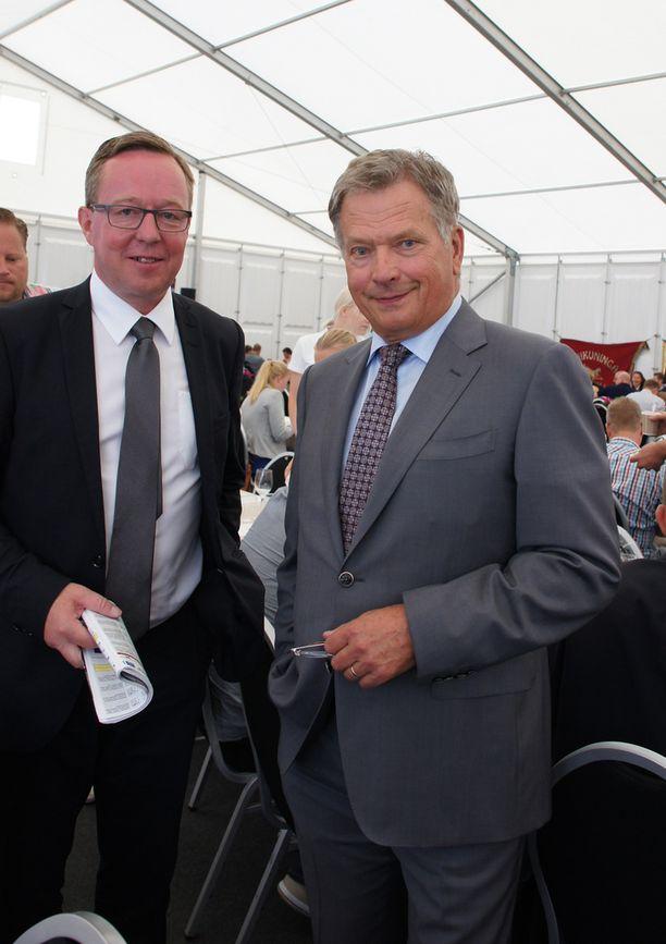 Sauli Niinistö nautti Turun Kuninkuusravien tunnelmasta yhdessä Mika Lintilän kanssa.